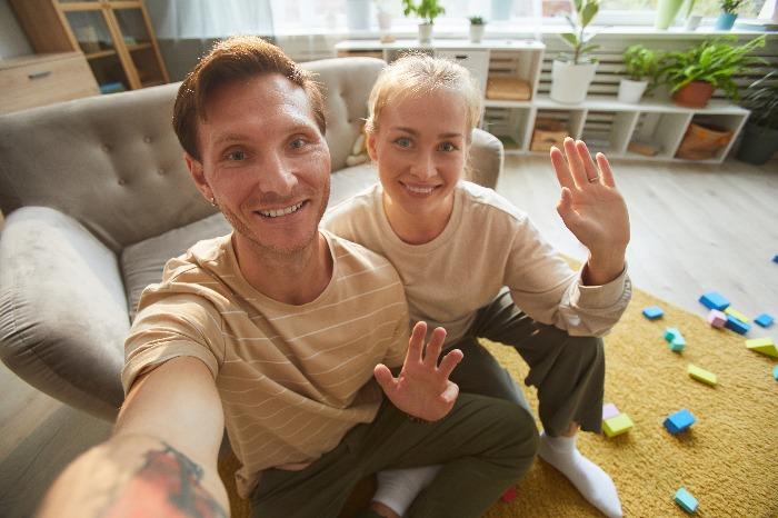 happy-couple-waving-VSVUMCD 2